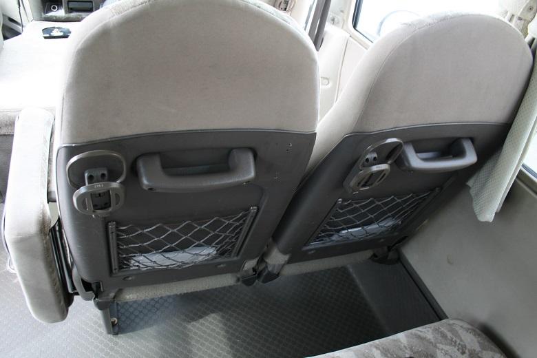 座席後部にはドリンクホルダー
