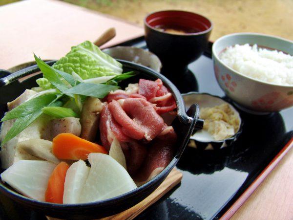 冬期限定の猪鍋定食(C)能勢町観光協会