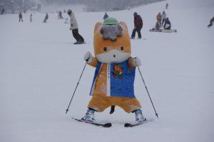 スキーをするぐんまちゃん