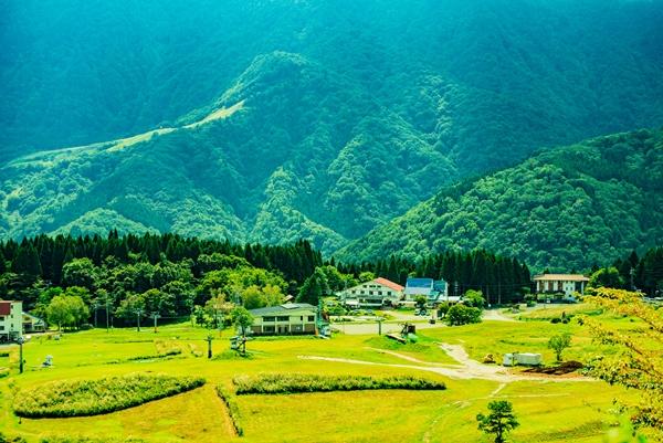 山頂・天空の直線林道から村岡地区を望む