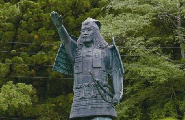 グリーンステージ花の木 尹良(ゆきよし)天皇の銅像