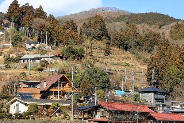 芦ヶ久保駅から日向山を臨む