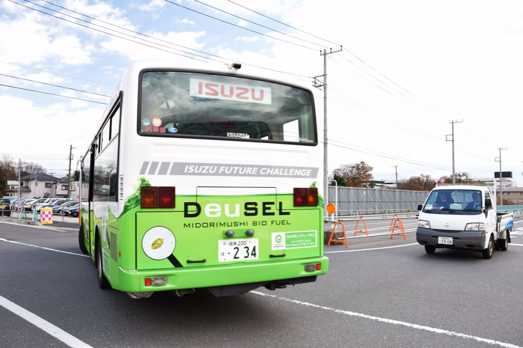isuzu_bus_cruising