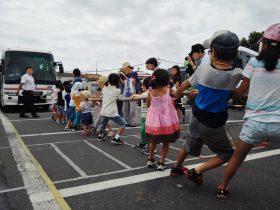 大型バスと綱引きスタートです
