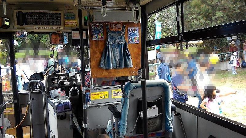 バス車内にもジーンズがディスプレイされてます