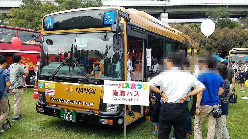 南海バスは開催地にちなんだラッピングバス