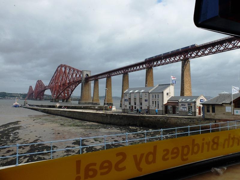 橋が大きすぎて電車が小さく見えます!