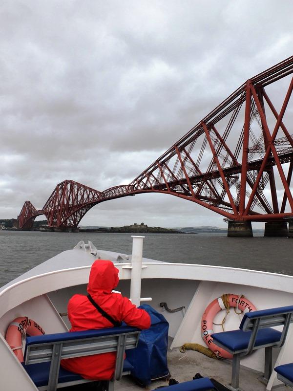 フォース鉄道橋の下へ向かうボート