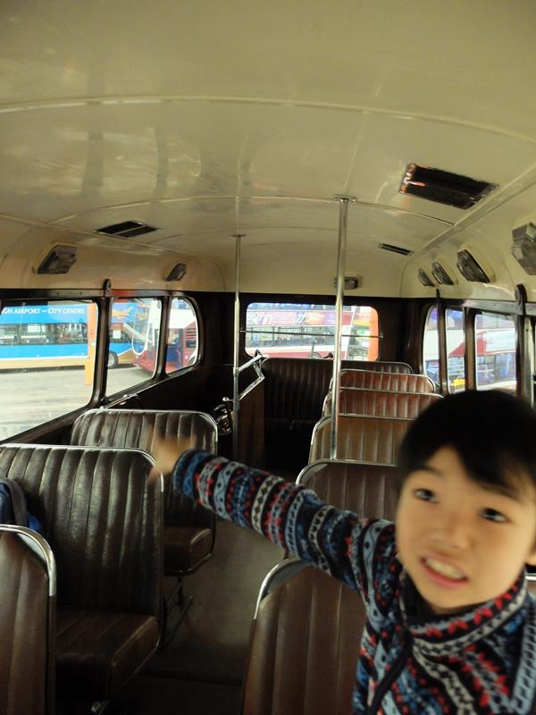 ヴィンテージバスの中へ