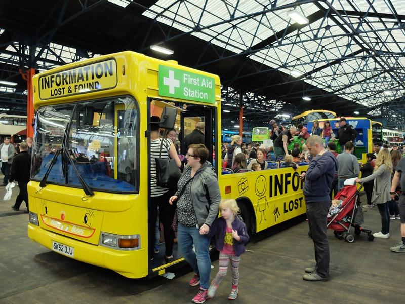 乗車体験用に用意された黄色いバス