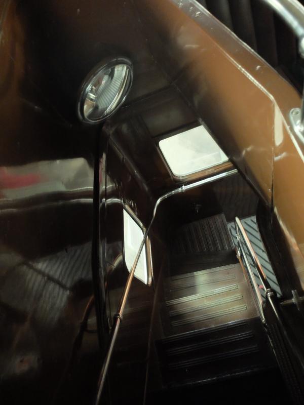 バス車内の階段