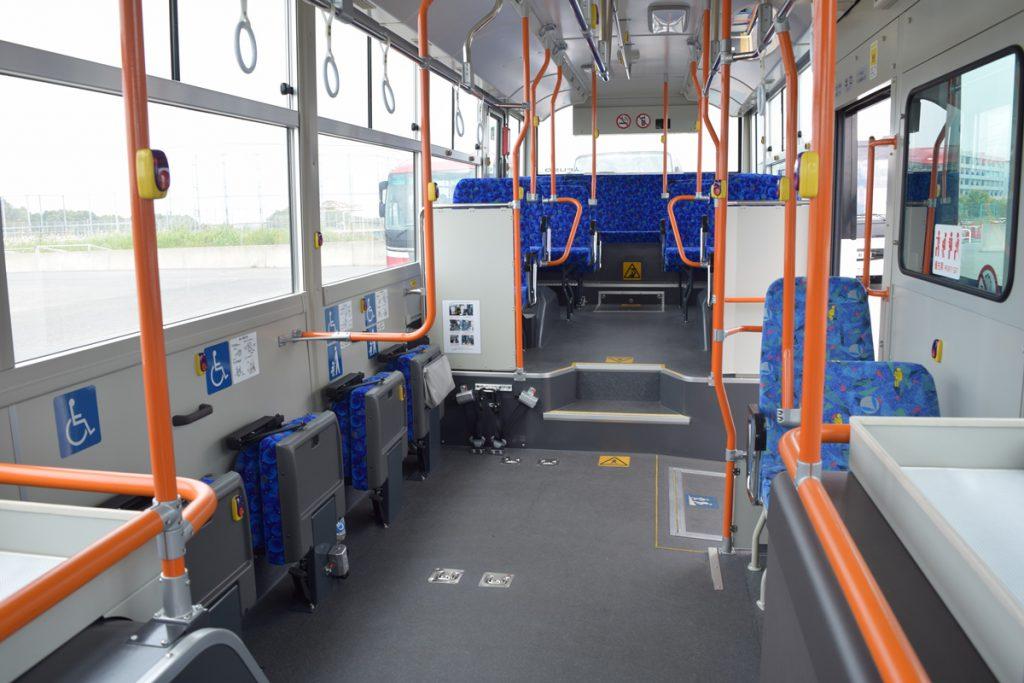 ノンステップバスで座席をたたんだ状態
