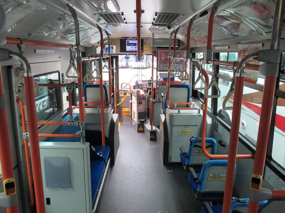 ノンステップバスの座席をたたんで車椅子を固定できるタイプ