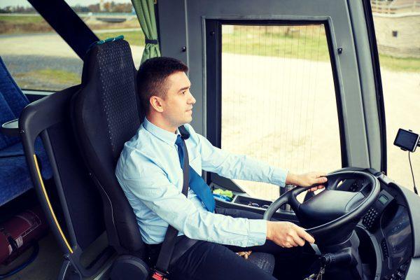 大型バスのレンタルは運転手付きのみ!