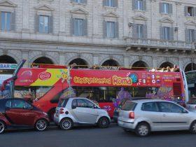 シティ・サイトシーイングイタリーの赤いバス