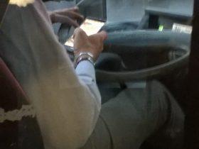 運転しながらスマホ操作するローマのバス運転手