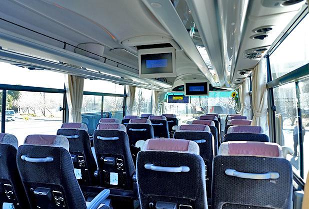 モニター付きのバス