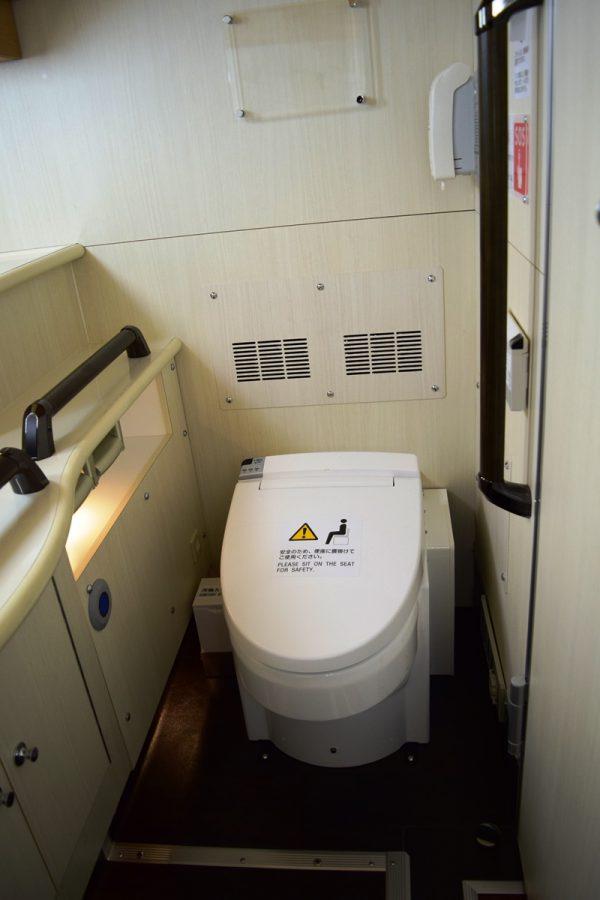トイレ周りにもしっかり手すりを配置