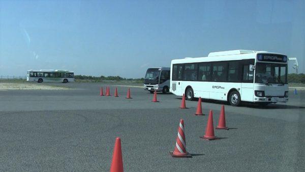 運転体験バスが順番に走ります
