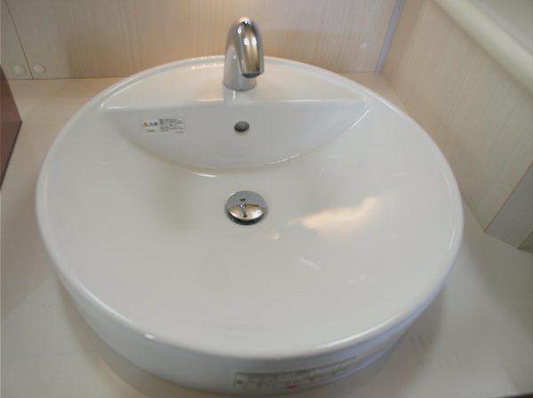 自動式水栓を装備した洗面台