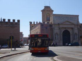 ローマ城壁を通過する路線バス