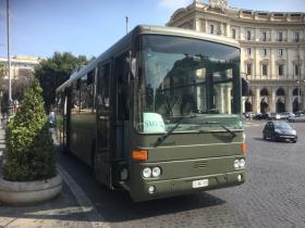 軍用バスのナンバープレートは赤字でEIから始まります