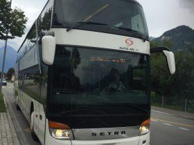 2階建ての大きなバスが到着
