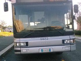パンクして車体が傾いている路線バス