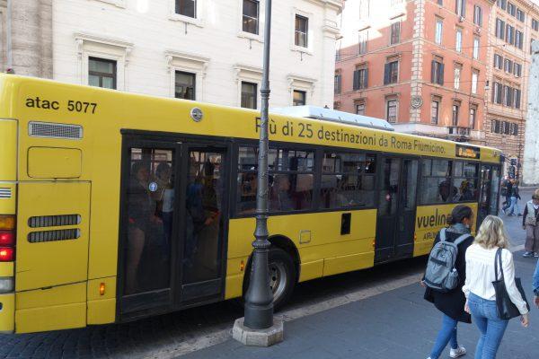フルラッピングバスの例で航空会社の広告