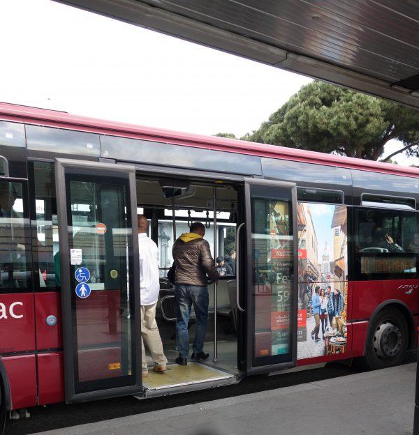 車両側面の部分的ラッピングバス例(1):航空会社の宣伝