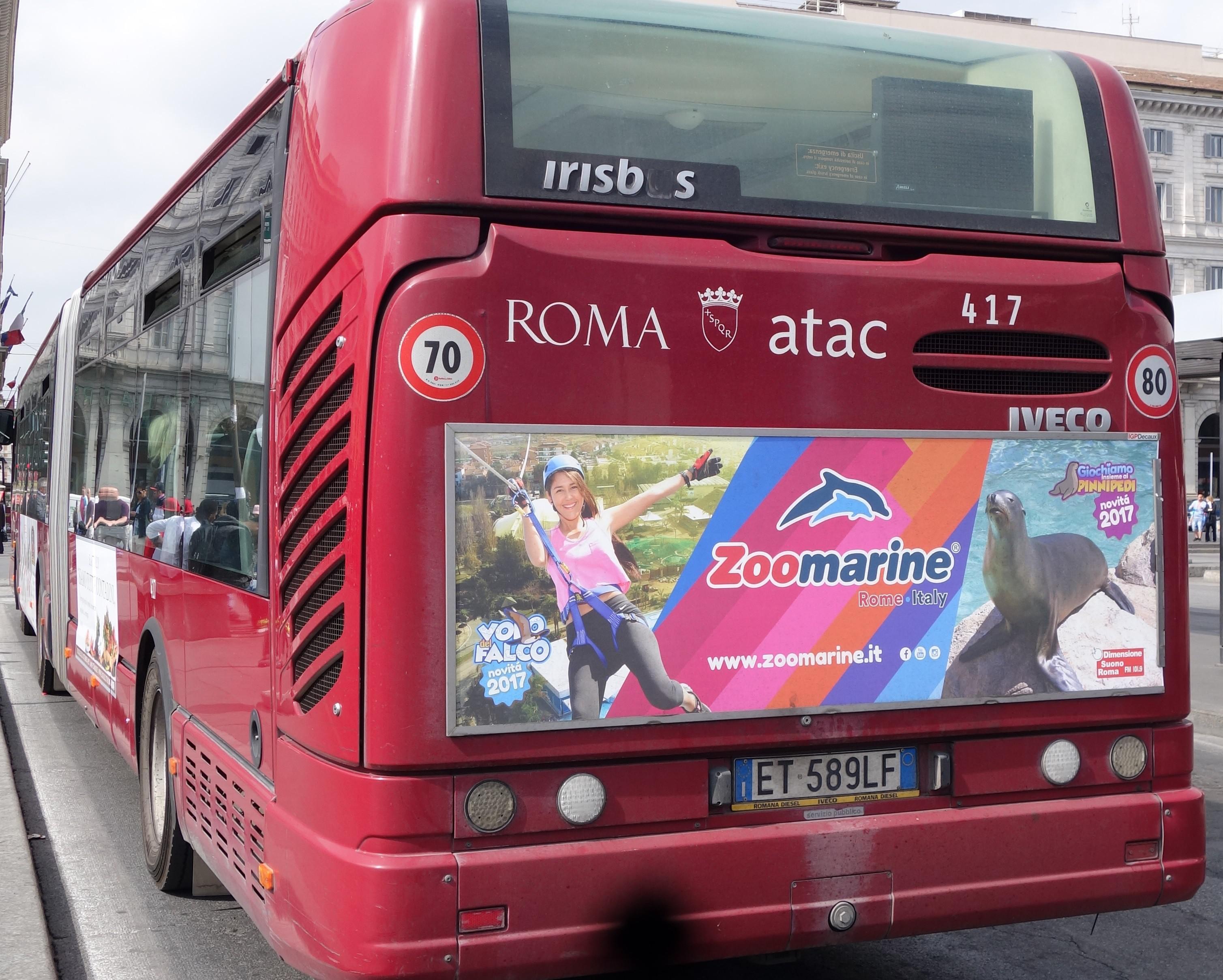 車両後方に取り付けたパネル広告例(1):水族館兼テーマパークの宣伝