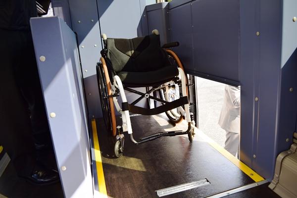 三菱ふそう・エアロエースはバス車内を昇降