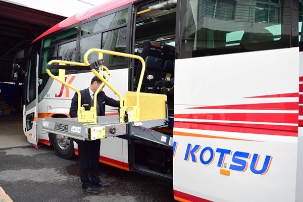 いすゞ自動車「ガーラ」のリフト付き大型バス