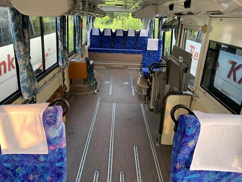 レスクル送迎タイプのリフト付きバス