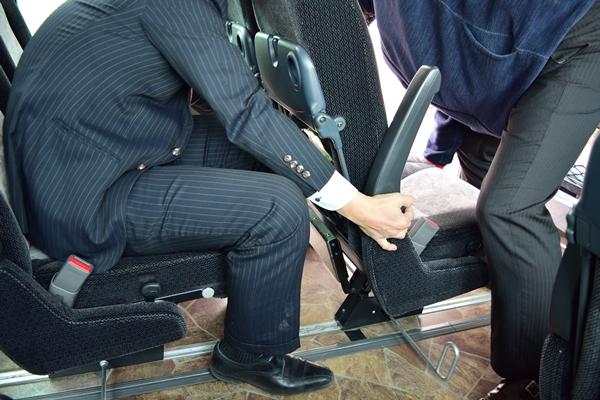 座席を外す器具を使用