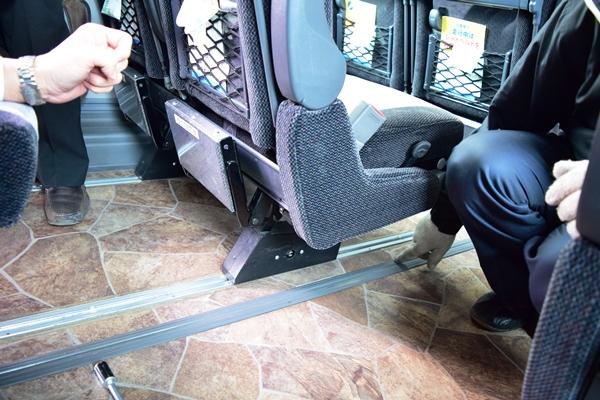 座席が固定されているレールカバーを外す