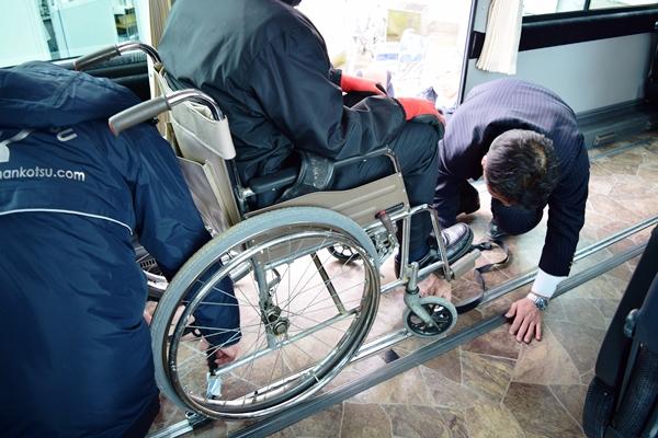 車イスをバスの床に固定