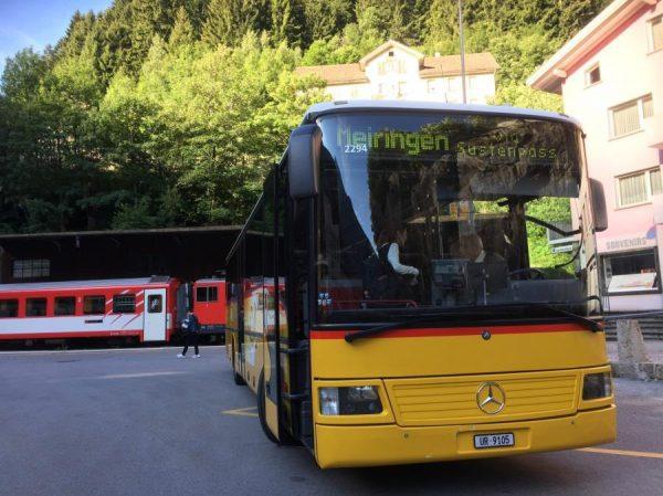 山岳バスに乗り込み出発