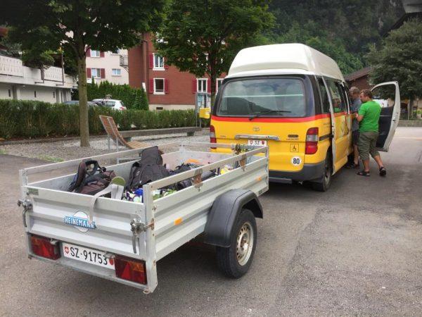 けん引車でスーツケースなどを運ぶ
