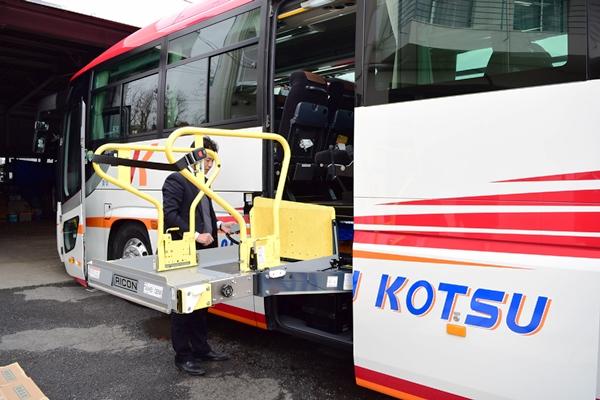 電動リフト付きバスの例・いすゞガーラ