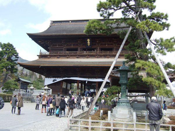 日本最古と伝わる一光三尊阿弥陀如来がご本尊「善光寺」