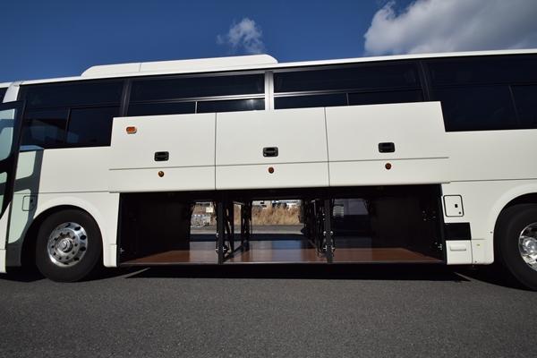 大型観光バスの貫通式トランクルーム