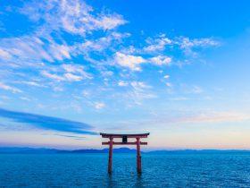 鳥居と琵琶湖 日本 滋賀県