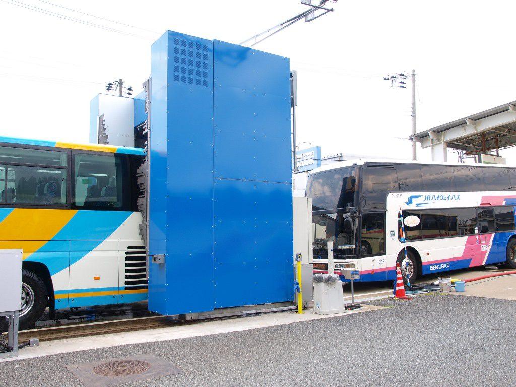 大型バス1台あたり100リットル(他社比66%減)の水で洗車が可能