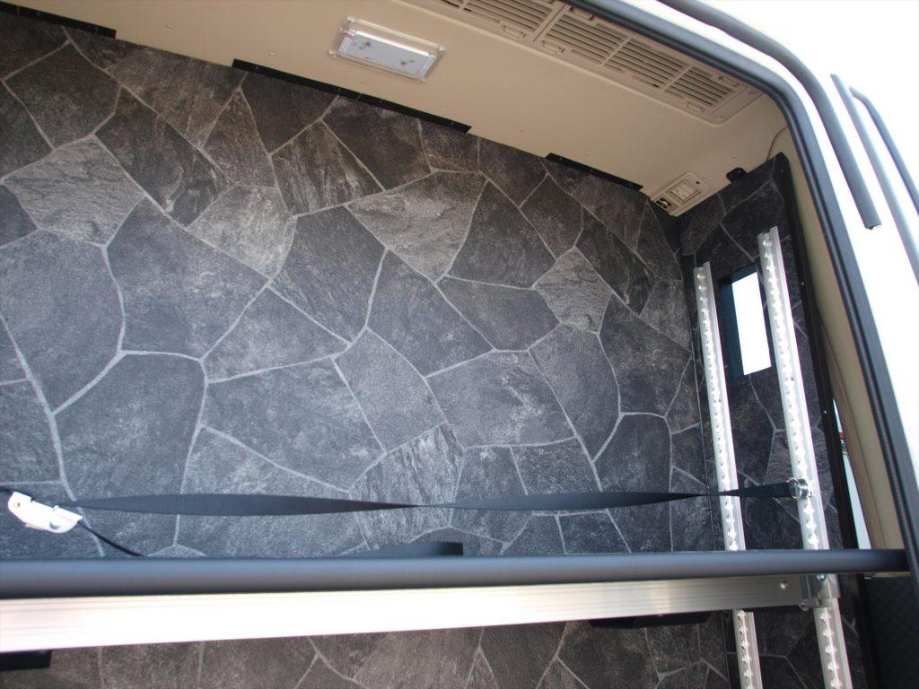 細やかな高さ調整が可能な荷物棚