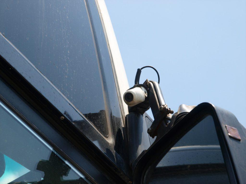 サイドミラー上部に設置されたシールドプラス用カメラ