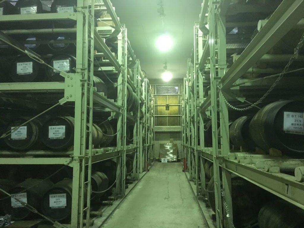 たくさんのウイスキー樽が眠っている貯蔵庫
