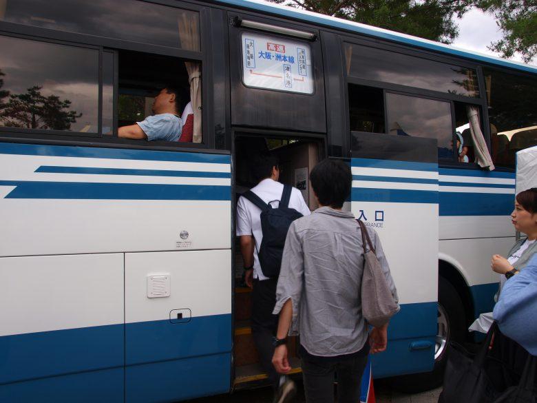 高速路線バス仕様車では珍しい中扉や側面行先表示幕を装備