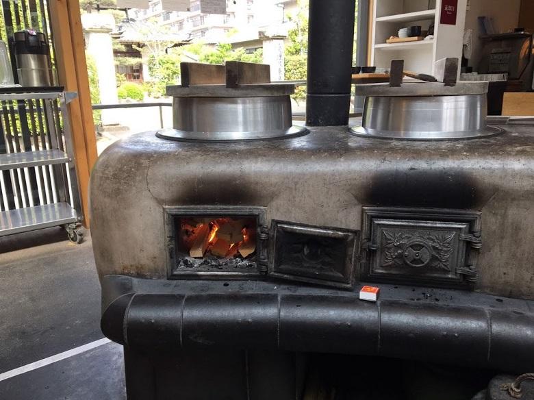 吉野ヒノキの薪で炊いた竈ごはんが食べられます