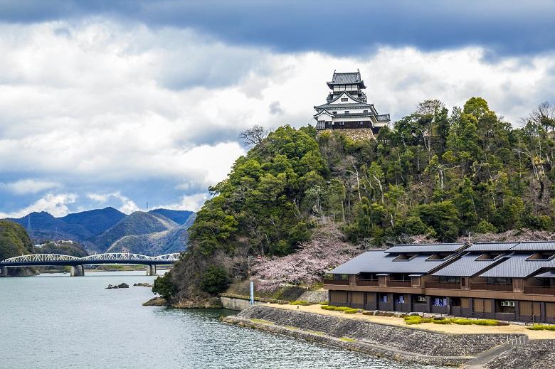 木曽川から見上げる国宝・犬山城